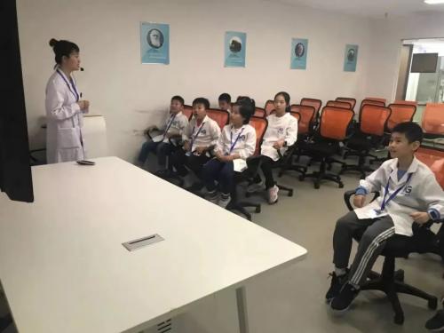 """时间胶囊带领""""小小科学家""""走进深圳核子基因科普馆"""